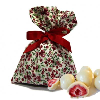 Драже клубника в белом шоколаде в мешочке с цветами